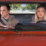 Penny e Sheldon su una delle macchine più brutte delle Serie Tv