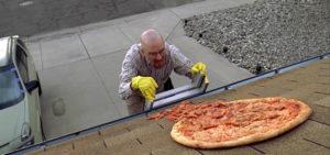 Breaking Bad, i proprietari della casa di Walter White dicono basta alla pizza sul tetto e prendono provvedimenti