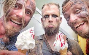 Gli attori di Vikings: chi tra loro è amico nella vita reale?
